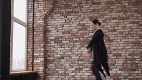 Η σύγχρονη γυναίκα χορευτών ασκεί το χορό της για το θέατρο απόθεμα βίντεο