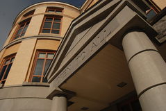 Η σύγχρονη είσοδος οικοδόμησης βιβλιοθήκης παρουσιάζει ότι η πρόσβαση είναι ` ανοικτό σε όλο ` Στοκ Φωτογραφία