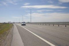 Η σύγχρονη εθνική οδός στην απόσταση εσείς μπορεί να δει τα κινούμενα αυτοκίνητα στοκ φωτογραφίες