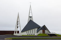Η σύγχρονη εκκλησία Olafsvikurkirkja (Olafsvik Kirkja) κοντά σε Enni τοποθετεί Στοκ Εικόνες