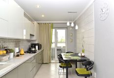Η σύγχρονη ελαφριά κουζίνα με τα ενσωματωμένα έπιπλα r στοκ εικόνες