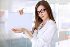 Η σύγχρονη επιχειρησιακή γυναίκα που στέκεται και που κρατά τα έγγραφα στο γραφείο με το αντίγραφο χωρίζει κατά διαστήματα την πε Στοκ εικόνα με δικαίωμα ελεύθερης χρήσης
