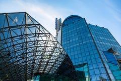 Η σύγχρονη οικοδόμηση του τερματικού ραγών της Samara ενάντια στο μπλε Στοκ Εικόνες