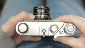 Η σύγχρονη ταχύτητα παραθυρόφυλλων αλλαγών φωτογράφων μιας εκλεκτής ποιότητας παλαιάς σοβιετικής κάμερας ταινιών, στρέφει και παί φιλμ μικρού μήκους