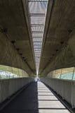 Η σύγχρονοι οδική σύνδεση και ο δρόμος Pedestrianized είναι κάτω από τον αυτοκινητόδρομο Στοκ Εικόνα