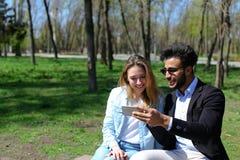 Η σύζυγος δίνει τον τηλεφωνικό σύζυγο ως παρόν γενεθλίων Στοκ Φωτογραφία