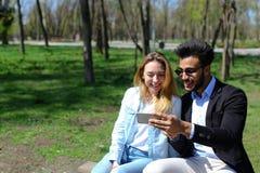Η σύζυγος δίνει τον τηλεφωνικό σύζυγο ως παρόν γενεθλίων Στοκ Εικόνες