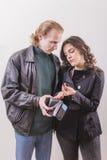 Η σύζυγος περιμένει το σύζυγό της να δώσει τα χρήματά της Στοκ Φωτογραφίες