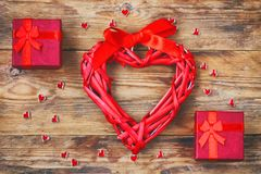 Η σύνθεση ημέρας βαλεντίνων ` s, κόκκινο κιβώτιο δώρων δύο, λυγαριά ακούει Στοκ Εικόνα