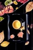 η σύνθεση κεριών φθινοπώρου μήλων ξηρά βγάζει φύλλα vase απόλυσης Βοτανικό τσάι, μελόψωμο και ξηρά φύλλα Τοπ όψη Στοκ Φωτογραφίες
