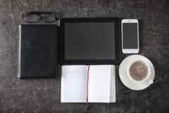 Η σύνθεση με κενό -απαριθμεί, συσκευές και φλιτζάνι του καφέ στο γκρίζο υπόβαθρο στοκ φωτογραφία