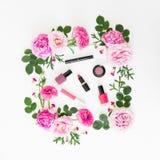 Η σύνθεση ομορφιάς με τα ρόδινα λουλούδια και αποτελεί τα καλλυντικά στο άσπρο υπόβαθρο Τοπ όψη Επίπεδος βάλτε το θηλυκό γραφείο στοκ φωτογραφία με δικαίωμα ελεύθερης χρήσης