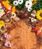 Η σύνθεση Πάσχας με την άνοιξη ανθίζει, αυγό σοκολάτας, κουνέλι Πάσχας, και μια ευρεία επιλογή των μπισκότων και του κουλουρακιού Στοκ Φωτογραφία
