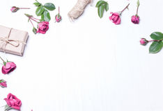 Η σύνθεση, σχέδιο των κόκκινων τριαντάφυλλων, ένα δώρο Στοκ εικόνες με δικαίωμα ελεύθερης χρήσης