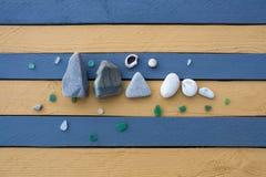 Η σύνθεση των πετρών, του γυαλιού και των κοχυλιών θάλασσας Στοκ Εικόνες