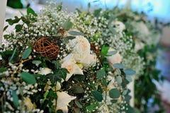 Η σύνθεση των τριαντάφυλλων και της πρασινάδας στοκ φωτογραφία
