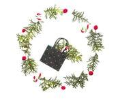 Η σύνθεση Χριστουγέννων φιαγμένη από τσάντα αγορών και κάλαμο καραμελών με τους κλαδίσκους thuja, κόκκινος άγριος αυξήθηκε φρούτα στοκ φωτογραφίες με δικαίωμα ελεύθερης χρήσης