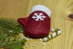 Η σύνθεση Χριστουγέννων, χρυσές διακοσμήσεις Χριστουγέννων, Χριστούγεννα, χειμώνας, επίπεδος βάζει, τοπ άποψη στοκ φωτογραφία