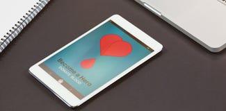 Η σύνθετη εικόνα γίνεται ένα κείμενο ηρώων με τη μορφή καρδιών στην οθόνη Στοκ Φωτογραφίες