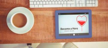 Η σύνθετη εικόνα γίνεται ένα κείμενο ηρώων με τη μορφή καρδιών στην οθόνη Στοκ φωτογραφία με δικαίωμα ελεύθερης χρήσης