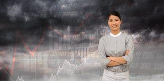 Η σύνθετη εικόνα η επιχειρηματίας με τα διπλωμένα όπλα Στοκ φωτογραφία με δικαίωμα ελεύθερης χρήσης