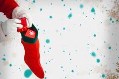 Η σύνθετη εικόνα της τοποθέτησης Άγιου Βασίλη παρουσιάζει στις γυναικείες κάλτσες Χριστουγέννων Στοκ Εικόνα