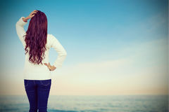 Η σύνθετη εικόνα του πλήρους μήκους οπισθοσκόπος του brunette με παραδίδει την τρίχα Στοκ εικόνες με δικαίωμα ελεύθερης χρήσης