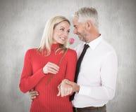 Η σύνθετη εικόνα του όμορφου ατόμου που δίνει στη σύζυγό του έναν ρόδινο αυξήθηκε Στοκ φωτογραφία με δικαίωμα ελεύθερης χρήσης
