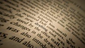 η σύνταξη της λέξης τόνισε και στράφηκε σε ένα παλαιό βιβλίο στοκ φωτογραφία