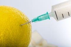 Η σύριγγα με τη ζάχαρη στο λεμόνι στοκ εικόνες