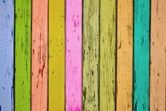 Η σύσταση ενός τεμαχίου μιας ξύλινης πύλης με τους έγχρωμους πίνακες στοκ εικόνα