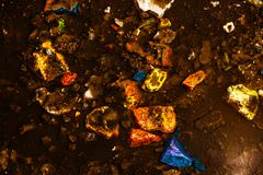 Η σύσταση που αποτελείται από τις πολύχρωμα πέτρες και το νερό Εικόνα αντίθεσης του φανταστικού τοπίου στοκ εικόνες