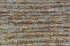 Η σύσταση σιδήρου είναι σκουριασμένη, με τα ευθέα λωρίδες στοκ εικόνα