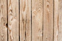 Η σύσταση του τοίχου φιαγμένου από ξύλινους πίνακες που τακτοποιούνται κάθετα, η επιφάνεια του ξύλου είναι κακώς εργασμένη, πολλέ στοκ φωτογραφίες με δικαίωμα ελεύθερης χρήσης