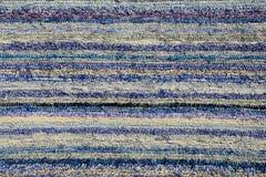 Η σύσταση του χειροποίητου τάπητα έκανε στον χέρι-αργαλειό, σχέδιο των διάφορων μπλε και άσπρων κάθετων γραμμών Στοκ φωτογραφία με δικαίωμα ελεύθερης χρήσης