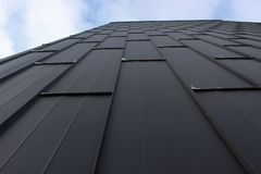Η σύσταση των φύλλων σιδήρου, η προοπτική του ουρανού το σύγχρονο ντεκόρ της πρόσοψης, υπόβαθρο στοκ φωτογραφίες