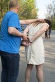 Η σύλληψη μιας νέας γυναίκας στοκ φωτογραφία