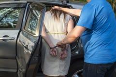 Η σύλληψη μιας νέας γυναίκας στοκ εικόνες
