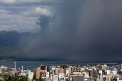 η τέφρα φέρνει την έκρηξη Kagoshima πόλ&ep Στοκ Φωτογραφία