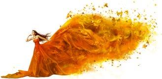 Η τέχνη γυναικών φθινοπώρου, διαμορφώνει το πρότυπο φόρεμα φύλλων πτώσης, μακρύ ύφασμα στοκ φωτογραφία με δικαίωμα ελεύθερης χρήσης