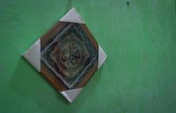 Η τέχνη της καλλιγραφίας σε ένα ξύλο που πλαισιώνεται στην πράσινη φωτογραφία τοίχων που λαμβάνεται στην Τζακάρτα Ινδονησία Στοκ εικόνες με δικαίωμα ελεύθερης χρήσης