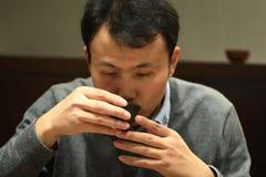 Η τέχνη τσαγιού της Κίνας, άτομο πίνει το τσάι Στοκ εικόνα με δικαίωμα ελεύθερης χρήσης
