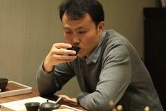 Η τέχνη τσαγιού της Κίνας, άτομο πίνει το τσάι Στοκ Φωτογραφία