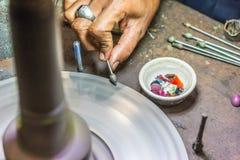 Η τέχνη των κοσμημάτων Πολύτιμοι λίθοι επεξεργασίας στην Ασία Στοκ Εικόνες