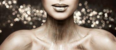 Η τέχνη Makeup, μεταλλικό κραγιόν χειλικής ομορφιάς μόδας γυναικών αποτελεί, ακτινοβολώντας χρώμα στοκ εικόνες