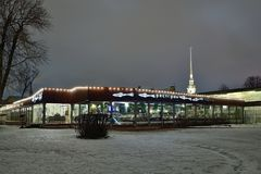 Η τήξη εστιατορίων η νύχτα του Peter και χειμώνα φρουρίων του Paul μέσα Στοκ εικόνες με δικαίωμα ελεύθερης χρήσης