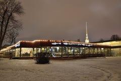 Η τήξη εστιατορίων η νύχτα του Peter και χειμώνα φρουρίων του Paul μέσα Στοκ Εικόνα