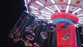 Η ταλάντευση Disco ανάβει funfair τους γύρους φω'των ουράνιων τόξων γύρου εκθεσιακών χώρων synthwave retrowave bokeh που κινούν τ φιλμ μικρού μήκους