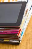 Ταμπλέτα αφής και περιοδικά στοκ φωτογραφία