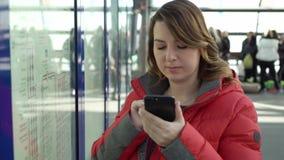 Η ταξιδιωτική γυναίκα βρίσκει την καλύτερη διαδρομή στο χάρτη στο σταθμό μετρό φιλμ μικρού μήκους